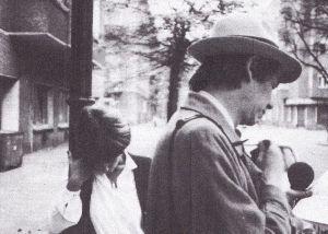 Dolores in 1982 bij het ouderlijk huis in Oost-Berlijn